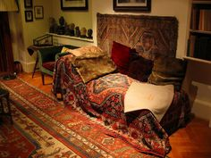 Freud's couch used during psychoanalytic sessions