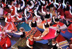 A MAGYAROK TUDÁSA: A TÁNC - A MAGYAR NÉPTÁNCOK Hungarian Women, Hungarian Dance, Costumes Around The World, Shall We Dance, Folk Dance, Folk Costume, Dance The Night Away, Ethnic Fashion, Hungary
