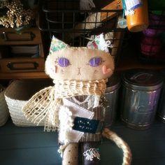 布やレースなどをコラージュ感覚で散りばめた、おすまし顔のおしゃれな猫の女の子のぬいぐるみです。|ハンドメイド、手作り、手仕事品の通販・販売・購入ならCreema。