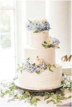 Summer wedding elegant cake with blue hydrangea detail weddingdetails weddingphotography hannah + cole Summer Wedding Cakes, Black Wedding Cakes, Elegant Wedding Cakes, Elegant Cakes, Beautiful Wedding Cakes, Wedding Cake Designs, Wedding Cake Simple, Wedding Ideas, Wedding Decorations