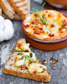 En plat, en entrée ou en apéritif, un camembert rôti au chorizo et miel, romarin et pignons de pin
