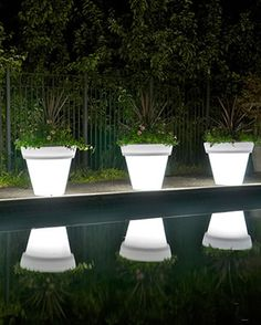 Use mausoleum glow in the dark paint instead of buying solar powered pots. I really would love to Paint a few of the Glow in the Dark Flower Planters for my Decks and next to the Steps. Backyard Projects, Outdoor Projects, Garden Projects, Garden Ideas, Ideas Para Decorar Jardines, Ideas Terraza, Yard Art, Outdoor Lighting, Lighting Ideas