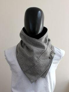 Echarpe unisexe. Capot hommes et femmes, large, léger moucheté laine grise avec boutons-pression métalliques. Tendance, moderne, trapu et cosy.