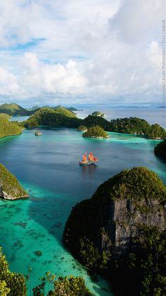 Raja Ampat Islands, Indonesien. Taucher, Strandgänger und Sonnenanbeter sind auf dem indonesischen Archipel genau richtig aufgehoben. An den teilweise weiß schimmernden Sandstränden lässt es sich bestens entspannen, während die Unterwasserwelt mit bunter Exotik zu punkten weiß