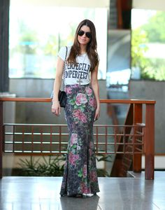 Floral maxi skirt, graphic tee, black strappy sandals, long pendant, black chanel flap bag Look do dia: Bahia! - Super Vaidosa