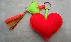 Maak vilten hartjes voor je hartedief! - Valentijn - Rabboon, ontwerp unieke geboortekaartjes, alles voor uw baby en kind Valentine Crafts, Valentines, Fun Crafts, Diy And Crafts, Felt Ornaments Patterns, General Crafts, Beaded Bags, Felt Diy, Homemade Crafts