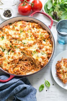 Just when you thought pasta couldn't get any simpler. This delicious Baked Chicken Spaghetti is so easy and just 369 calories per serve. Just when you thought pasta couldn't get any simpler. Baked Chicken Spaghetti, Juicy Baked Chicken, Healthy Baked Chicken, Baked Chicken Breast, Chicken Mince Pasta, Easy Chicken Dinner Recipes, Baked Chicken Recipes, Pasta Recipes, Chicken Ideas