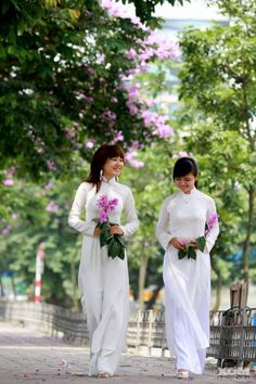 Vietnamese women - even the chubby ones - looks so graceful Vietnamese Traditional Dress, Vietnamese Dress, Traditional Dresses, Vietnam Airlines, Ao Dai Vietnam, Asia Girl, Asian Woman, Pretty Woman, Laos