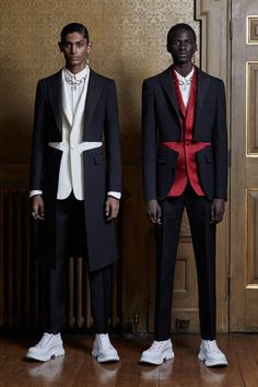 Alexander McQueen Spring 2020 Menswear collection, runway looks, beauty, models, and reviews.