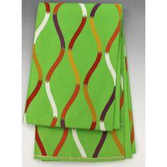 袋帯 黄緑 様々な色の縦涌がおしゃれ 【中古】【仕立て上がりリサイクル帯・リサイクル着物・リサイクルきもの・アンティーク着物・中古着物】黄緑色の地に、斜め線の横縞地模様が全体に入っていて 白や紫、辛子、赤など様々な色の段々になった縦涌模様が入ったおしゃれな袋帯です。  <シチュエーション> おしゃれなお着物などと合わせていかがでしょうか  <風合> おうとつ感のある手触りに、わずかにふっくらとした厚みのある生地風合いです。  <状態>  使用感があり、シワや折り目がありますが特に目立つ汚れは無く状態良好ですので、お気軽にお召し頂けます。