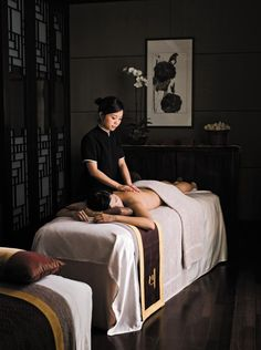 Relax and revitalize in a full suite of rejuvenating spa treatments inspired by Traditional Chinese Medicine such as massages and facials at Cordis, Hong Kong's day spa, Chuan Spa. Massage Room Decor, Massage Therapy Rooms, Spa Therapy, Spa Treatment Room, Massage Treatment, Spa Treatments, Spas, Spa Design, Salon Design