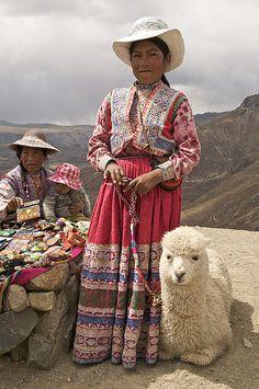 Una familia pequeña, peruanos con sus alpaca.