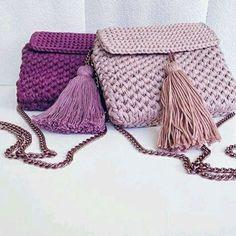 Bolsa confeccionada com fio de malha em crochê manual.
