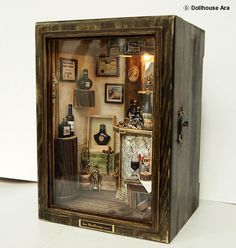"""•• Vintage Small Wine Bar handmade Dollhouse por DollhouseAra en Etsy. Título; La pequeña tienda de vinos """"D'Asti"""" * Caso tamaño; 13 (W)×10(L) ×18(H) cm / 5.1(W)×4(L) ×7(H) pulgadas"""