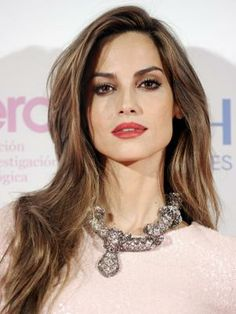 Ariadne Artiles- pink lips, long hair, statement necklace