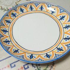 多色使いなら、100均のお皿でも、インテリアにもなりそうな素敵なお皿に大変身。