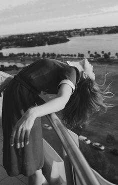 Y le dije que algún día sería tan libre que hasta los pájaros sentirían envidia. Pero solo me miraba con esos ojos sonrientes y se asombraba una vez más de que aún quedara gente inocente en este mundo. M.