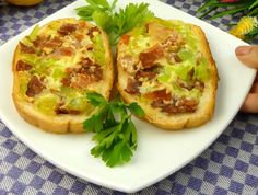 REȚETA ZILEI! Tartine cu ou și bacon   Retete   Spynews.RO Baked Potato, Bacon, Mexican, Ethnic Recipes, Roasted Potatoes, Baked Potatoes
