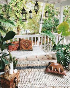 Gestaltungsideen für die Terasse: Grüne Pflanzen, Sitzmöglichkeit, Kissen, Laternen.