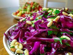 Rødkålsalat er kanskje mest kjent som viktig tilbehør til kebab i pitabrød, men denne fargerike salaten kan brukes til så mye mer enn det. Her i Tyrkia serves den med største selvfølgelighet til de…