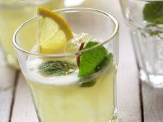 Citronnade - 15 citroenen (geschild, in stukken) - 125 ml kraantjeswater - 125 ml spuitwater - 300 g fijne suiker citroenmelisse (= versiering) ijsblokjes