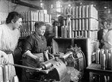 Guerre 1914-1918. Femmes tournant des obus dans une usine de munitions.