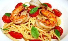 Un primo piatto fresco ed estivo. Cucina ora gli Spaghetti con gamberi pomodori.