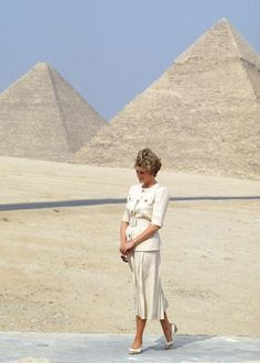 GIZA, EGYPT – MAY 12, 1992: Diana Princess of Wales visiting the Pyramids in Giza during an official tour of Egypt. (Photo by Tim Graham/Getty Images)