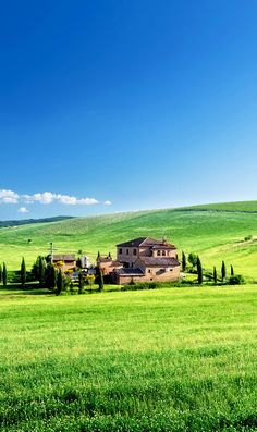 Tuscany landscape with typical farm house, Italy   |  45 Reasons why Italy is One of the most Visited Countries in the World
