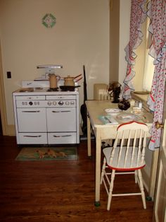 After days of erratic weather that ranged from thunder and lightening to rain to gusting winds to snowflakes to sunshine, le monsieur and I . Cozy Kitchen, Kitchen Ideas, Kitchen Decor, Kitchen Stuff, Vintage Kitchen Appliances, Retro Kitchens, Vintage Room, Vintage Home Decor, 1940s Decor