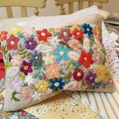 애플톤 꽃밭....파우치로 완성.사진에선 파우치인줄 모르겠다#embroidery #needlework #handembroidery #stiching #flowerembroidery #flower #프랑스자수 #꽃자수 #자수파우치 #창작자수#세상에단하나 #애플톤 #손자수