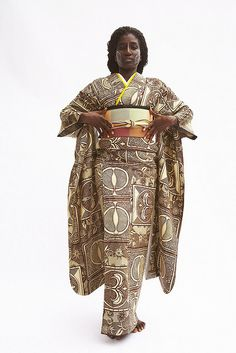 West Africa and Japan meet in a kimono as an artistic combination of cultures, evident in Serge Mouangue's expression of wearable art. African Inspired Fashion, Ethnic Fashion, Kimono Fashion, Asian Fashion, Afro, Traditional Japanese Kimono, Japanese Geisha, Modern Kimono, Japanese Design