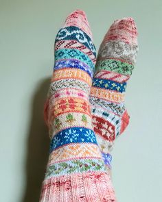 Use up your yarn Advent calendar by knitting up these lovely socks! Ravelry: Advent Socks 2019 pattern by Natalie Sheldon Knitting Socks, Free Knitting, Knitted Hats, Ravelry, Dk Weight Yarn, Baby Knitting Patterns, Thing 1 Thing 2, Free Pattern, Knit Crochet