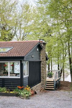 This lovingly restored cabin in the woods is a treasure trove of mid-century pieces, cosy textiles and bespoke touches. Cabin Chic, Wood Images, Cabin In The Woods, European House, Cabin Interiors, Retro Chic, House Tours, Cosy, Restoration