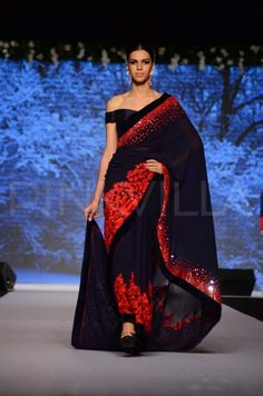 A saree has always been an evergreen women's clothing which gives the perfect look with designer blouse. Hence, you should discover latest 15 blouse designs for types of sarees and occasions. Pakistani Formal Dresses, Indian Dresses, Indian Outfits, Red Saree Wedding, Desi Wedding, Bridal Sarees, Trendy Sarees, Stylish Sarees, Off Shoulder Saree Blouse