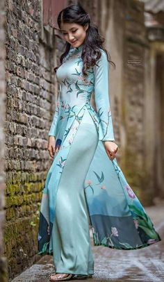 Pretty girl in Vietnamese Salwar/long dress/ao dai Pakistani Dresses, Indian Dresses, Indian Outfits, Vietnamese Clothing, Vietnamese Dress, Vietnamese Traditional Dress, Asian Fashion, Look Fashion, Runway Fashion