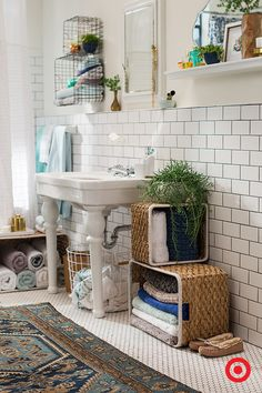 Loving all the storage solutions these baskets give this cute, boho-vibe bathroom. By flipping baskets on their side and stacking, you can add a nice shelving moment for towels and other knick-knacks lying around. Cute AND organized.