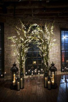 une arche mariage originale pour une cérémonie en intérieur, ambiance chaleureuse et romantique