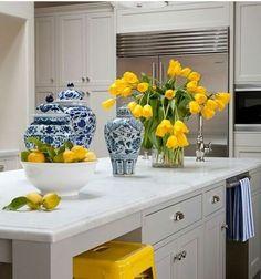 Amareloe azul na cozinha transmite alegria! SIGA⏩@construindominhacasaclean Veja + no blog www.construindominhacasaclean.com 👌 Se você precisa de ajuda para decorar algum ambiente, solicite uma consultoria online com 3D pelo meu e-mail...