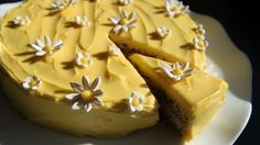 Suksessterte er det vanlige navnet på denne kaken med mandelbunn og gul krem.