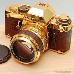Vintage Cameras The year was and Pentax had just manufactured their 10 millionth SLR. To celebrate, they made 300 18 carat gold plated and brown leather Pentax LX that came with a matching gold and leather lens. 3d Camera, Pentax Camera, Camera Gear, Pentax Lx, Retro Camera, Camera Tips, Film Camera, Expensive Camera, Gold Everything