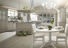 Cucina in stile country chic con isola, finitura Grigio Argilla. Tavolo English Mood rotondo con sedie Provenza, lampadario Edimburgh.