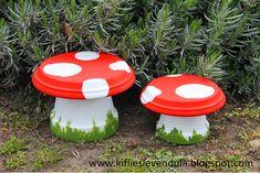 Banco feito com vaso de barro pintado em forma de cogumelo para festas infantis e jardins. Essa é uma das ideas do post 10 maneiras de decorar usando vasos.