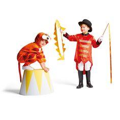 Ce déguisement de dompteur pour fille ou garçon est complet. Il est composé d'une veste avec des épaulettes à franges, d'un chapeau et de gants. L'enfant dompteur utilise son fouet pour dresser ses fauves. Son principal numéro consiste à faire sauter les tigres et les lions à travers le cerceau de feu. Les autres numéros de cirque restent à inventer.