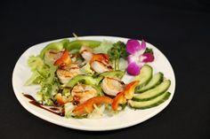Salade met garnalen - Dit is eens iets anders dan standaard rauwkost salade als voorgerecht. Een mooi opgemaakt bord, perfect voor een etentje met vrienden.
