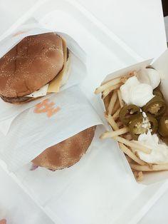 Beste Burgerkette in Schweden / Best burgers in Sweden Burgers, Ethnic Recipes, Food, Sweden, Hamburgers, Meal, Hoods, Hamburger Patties, Eten