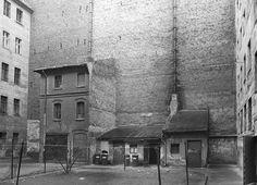 Hinterhof mit Remisen an der Christstraße (1979).