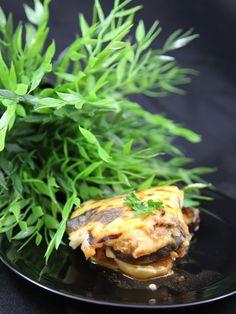 Recette de moussaka: un véritable délice et inratable!!!! Ingrédients (pour 4 personnes) : - 2 grosses aubergines - 6 pommes de terre - 500 g de boeuf haché - 5 tomates (+/- une demie brique de coulis de tomate) - 1 oignon - de l'huile d'olive (moi je la prend au basilic) - 30 g de beurre - une petite cuillère à café de cannelle - une cuillère à soupe de miel - noix de muscade - sel, poivre  Pour la béchamel: - 20 g de beurre - 3 cuillères à soupe rases de farine - 35 cl de lait