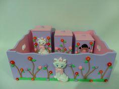 Bandeja + 3 potes com tema Marie no Jardim, peças feitas na cor desejada pelo cliente, todas as peças são invernizadas com verniz não tóxico, proprio para quarto de bebe