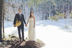 wedding couple posing in a snowy landscape by photographer Hanna Witte